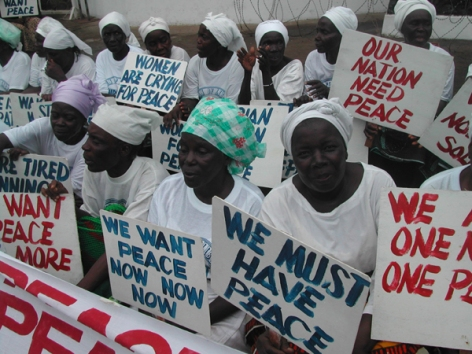 liberian-women-demonstrate-at-the-american-embassy-in-monrovia-at-the-height-of-the-the-civil-war-in-july-2003_72dpi_credit_pewee_flomoku